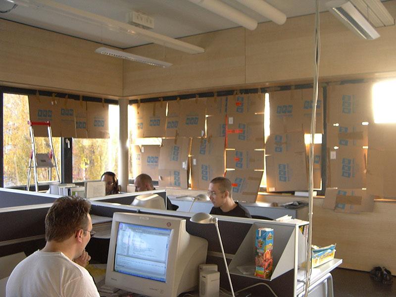 2003_Übergangslösung-Jalousien-im-neuen-Gebäude